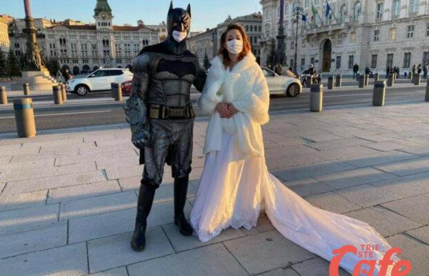 """Piazza Unità, Batman """"si sposa"""" per sostenere attività triestine del wedding"""